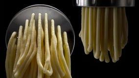 Ny pasta och pastamaskin på mörk bakgrund royaltyfria foton