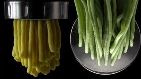 Ny pasta och pastamaskin på mörk bakgrund royaltyfri bild
