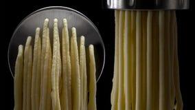 Ny pasta och pastamaskin på mörk bakgrund arkivbild