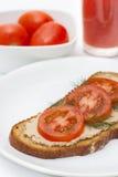 Ny pate på bröd med tomater Royaltyfria Foton