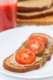 Ny pate på bröd med tomater Arkivbilder