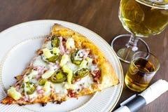 Ny peperoni- och korvpizza Royaltyfri Fotografi
