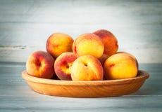 Ny persika på träplattan och bräde royaltyfri fotografi