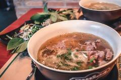 Ny Pho Bo nötköttsoppa i en bunke i Saigon Vietnam arkivbild