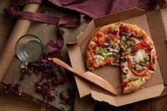 Ny pizza i papp Royaltyfri Bild