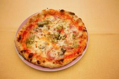Ny pizza på en platta Royaltyfria Foton