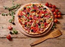 Ny pizza på trä Royaltyfri Bild