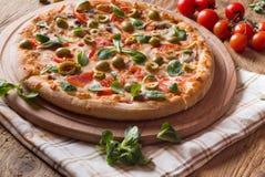Ny pizza på trä Arkivbild