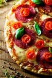 Ny pizza på trä Arkivfoto