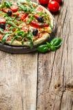 Ny pizza som göras av nya ingredienser Arkivfoton