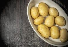 Ny potatis i en bunke arkivbild