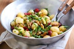 Ny potatis med den lagade mat korvar och zucchinin fotografering för bildbyråer