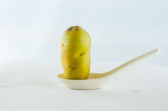 Ny potatis som isoleras på vitbakgrundsslut upp Arkivfoton