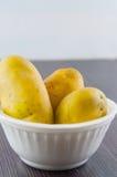 Ny potatis som isoleras på vitbakgrundsslut upp Arkivbilder