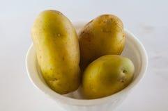Ny potatis som isoleras på vitbakgrundsslut upp Royaltyfria Bilder