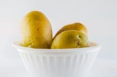 Ny potatis som isoleras på vitbakgrundsslut upp Royaltyfria Foton