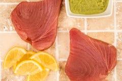 Ny rå okokt gul fena Tuna Steaks With Lemon Slices Arkivbild