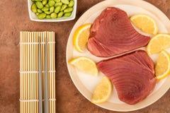 Ny rå okokt gul fena Tuna Steaks With Lemon Slices Arkivfoton