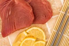 Ny rå okokt gul fena Tuna Steaks With Lemon Slices Royaltyfri Foto
