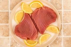 Ny rå okokt gul fena Tuna Steaks With Lemon Slices Royaltyfri Fotografi
