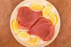 Ny rå okokt gul fena Tuna Steaks With Lemon Slices Arkivfoto