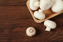 Ny rå porcinisopp plocka svamp i fyrkantig bambubunke royaltyfri bild