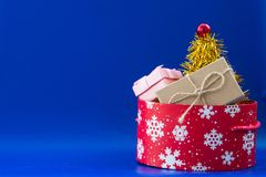 Ny röd ask för års` s med målat vitt snowflaces och cristmasG Arkivfoton