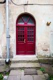 Ny röd dörr Arkivbilder