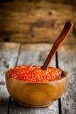Ny röd kaviar i en träbunke med en sked Arkivfoton