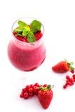 Ny röd smoothie med mintkaramellbladet i exponeringsglas som isoleras på vit bakgrund, jordgubben, den röda vinbäret eller rödbet Arkivbild
