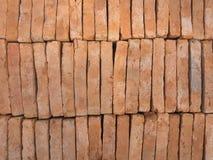 Ny röd tegelsten som staplas som väggen Lager av tegelstenar Arkivbilder