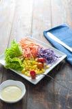 Ny röd tomat- och grönsaksallad på trätabellen Arkivfoton