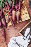 Ny rödbeta på träyttersida Ny vald organisk rödbeta Royaltyfri Bild