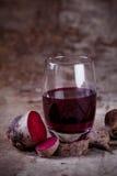 Ny rödbetafruktsaft i ett exponeringsglas med rostig bakgrund Royaltyfria Foton