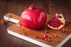 Ny rå granatäpple Arkivbild