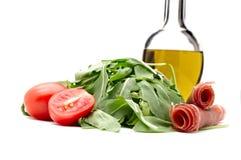 Ny raket, körsbärsröda tomater, jungfrulig olivolja för exstra och parma Arkivfoton