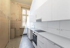 Ny renovering för kök före och efter - vitt kök, arkivfoton