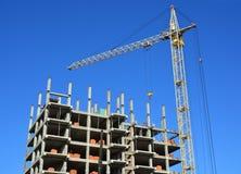 ny residental lokal för konstruktionskranhus Byggnad under konstruktionsplats Byggande av ett hus lokal för kran för byggnadskons Royaltyfria Bilder