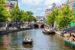 Ny Rhenkanal med fartyget och kaféer, Leiden, Nederländerna Arkivbild