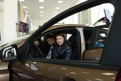 Ny rysk bilLada RÖNTGENSTRÅLE som sändes på 14 Februari 2016 i visningslokalen Severavto Royaltyfri Fotografi