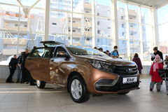 Ny rysk bilLada RÖNTGENSTRÅLE som sändes på 14 Februari 2016 i visningslokalen Severavto Arkivbild