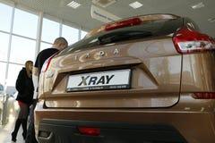 Ny rysk bilLada RÖNTGENSTRÅLE som sändes på 14 Februari 2016 i visningslokalen Severavto Arkivfoton