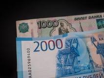 Ny ryss 2000 rubel och gamla 1000 rubel Arkivbild