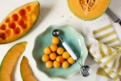 Ny söt cantaloupmelonmelon på den vita bakgrunden Royaltyfri Bild
