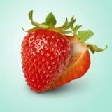 Ny saftig jordgubbe med isolerade gräsplansidor Fotografering för Bildbyråer