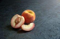 Ny saftig persika och nektarin på mörk bakgrund royaltyfria foton