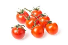 Ny saftig röd gruppcloseup för körsbärsröd tomat som isoleras på vit bakgrund Royaltyfri Fotografi