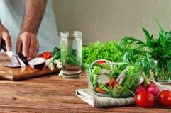Ny sallad av sommargrönsaker i en djup bunke av exponeringsglas Fotografering för Bildbyråer