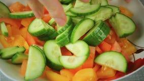 Ny sallad av tomaten och gräsplangurkan arkivfilmer