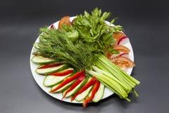 Ny sallad från lantgårdgrönsakerna Huggen av lök, tomat, gurka, persilja, koriander, dill Eco produkter utan GMO Arkivbilder